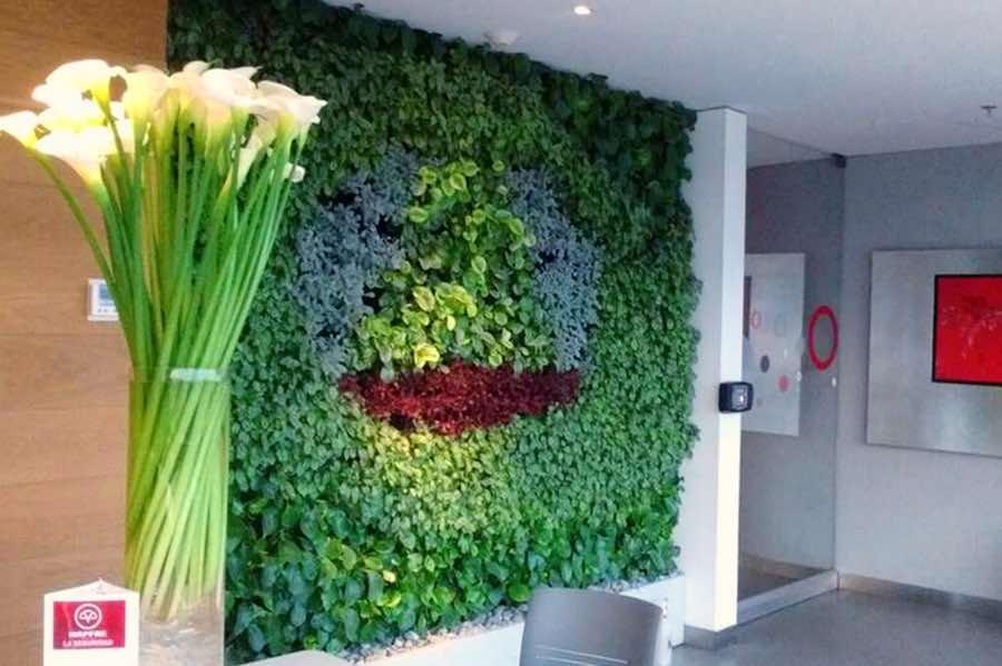 Jardín vertical en recepción corporativa